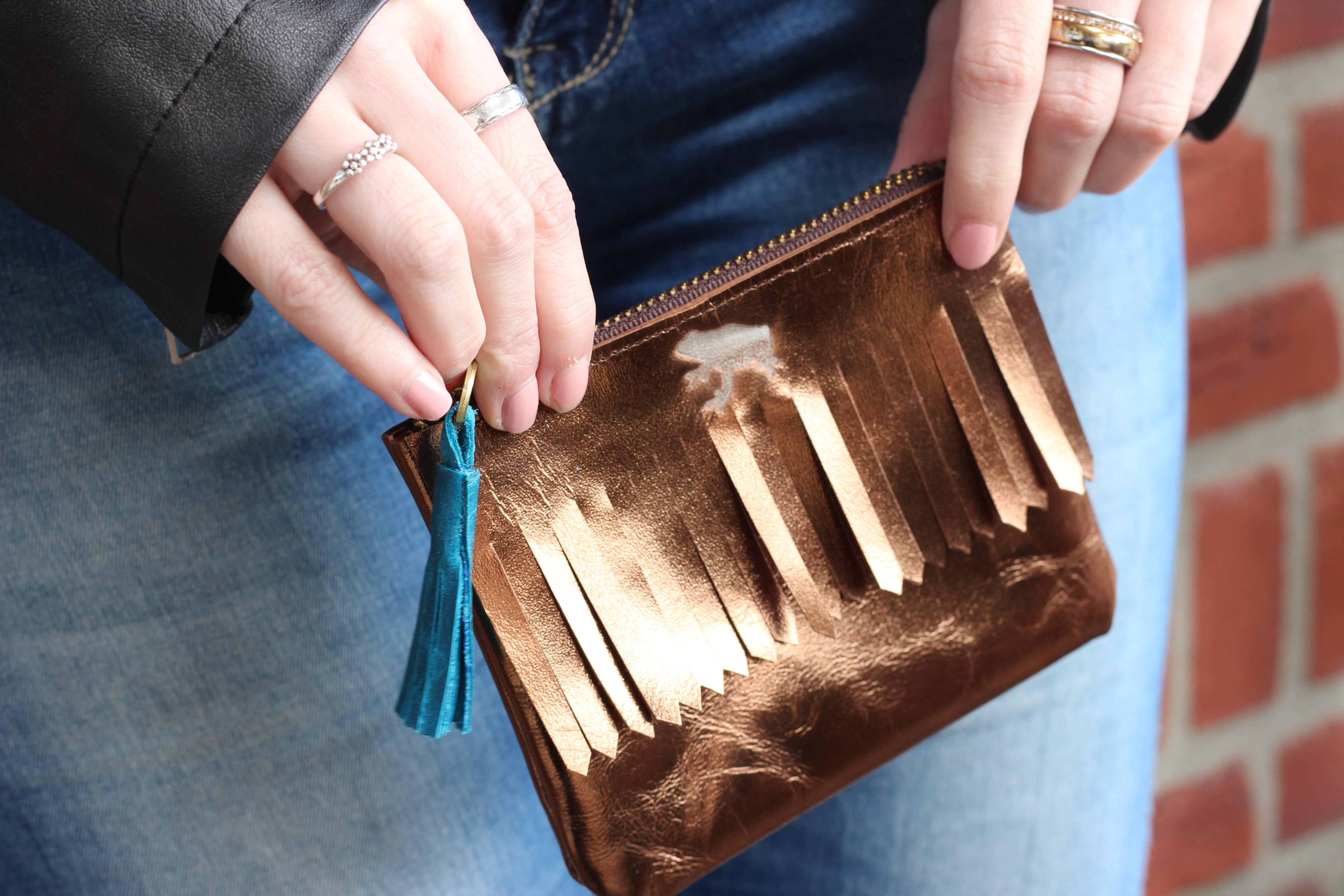 b8e5738cc4a Dit is mijn aller nieuwste aanwinst in de categorie schattige en handige  portemonneetjes. Het portemonneetje is bronskleurig, met fringes en het  super leuke ...