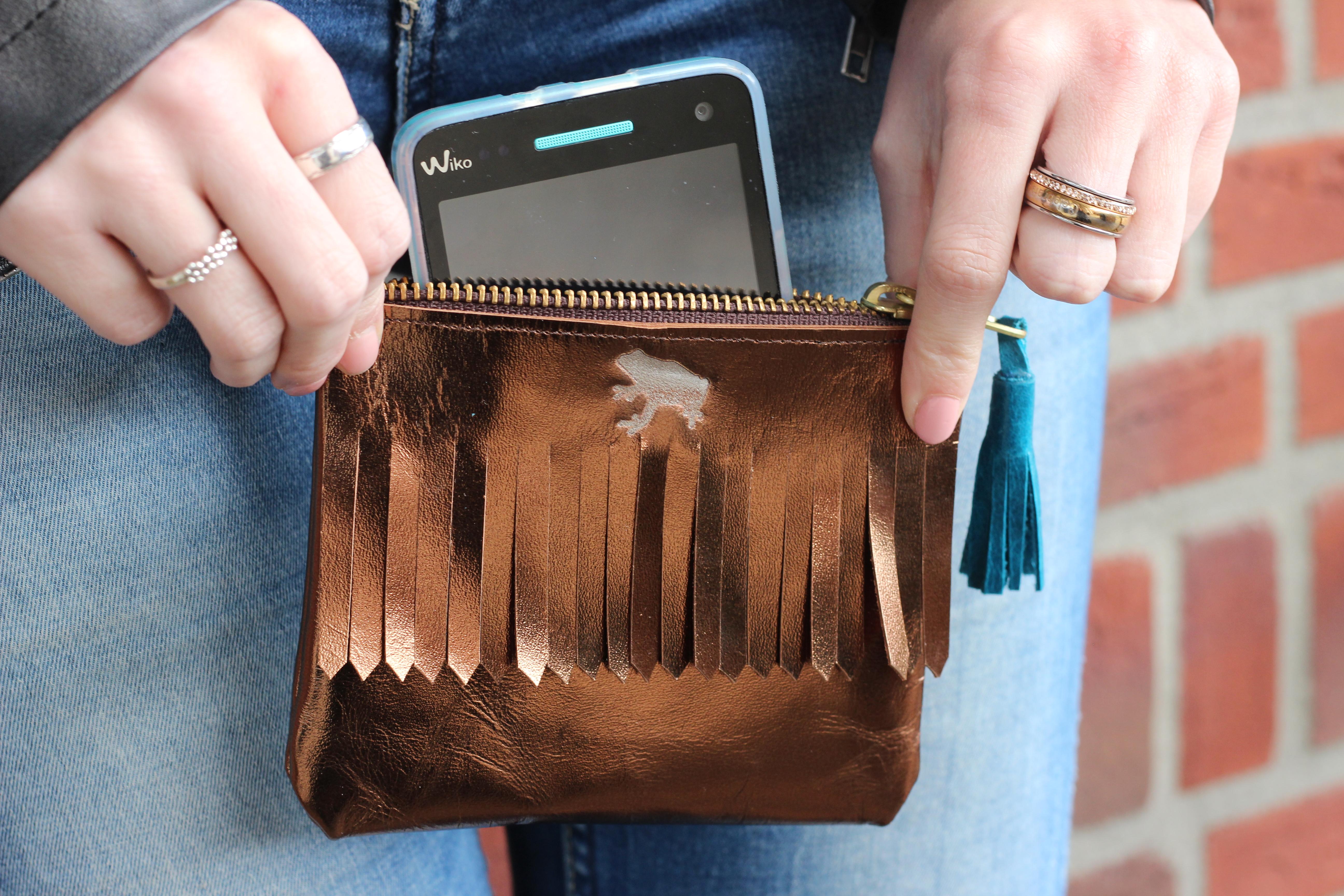 5820c97d655 Een klein portemonneetje is echt super handig! Je kunt er van alles in  opbergen en in je tas doen, zonder dat er losgeld, oortjes, sleutels of  pennen door ...
